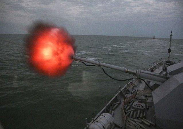 El entrenamiento de la artillería naval rusa A-190U de la Flotilla del Caspio