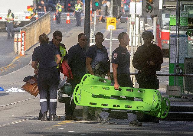 Policía australiana y los médicos en el lugar del atropello en Melbourne