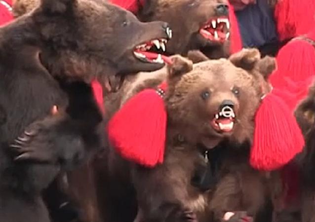 Decenas de 'osos' se adueñan de las calles de un pueblo y esta vez no es en Rusia