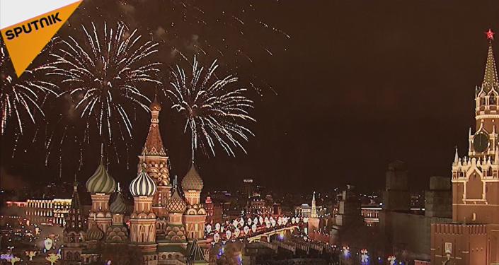 Espectaculares fuegos artificiales celebran la llegada del año nuevo alrededor del globo