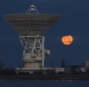 La superluna se levanta sobre el radiotelescopio RT-70 en Crimea, Rusia