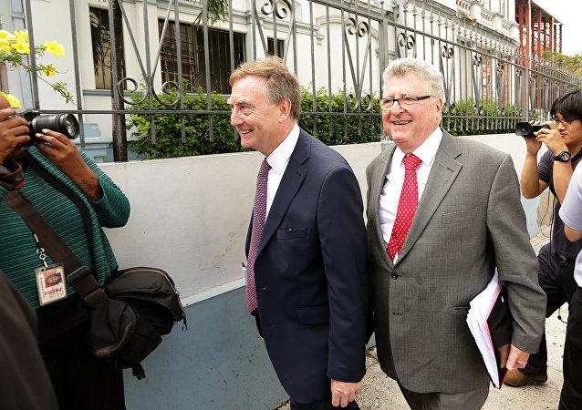 James Lewis (izquierda), abogado y ex soldado británico, nuevo jefe del poder judicial en las islas Malvinas (archivo)