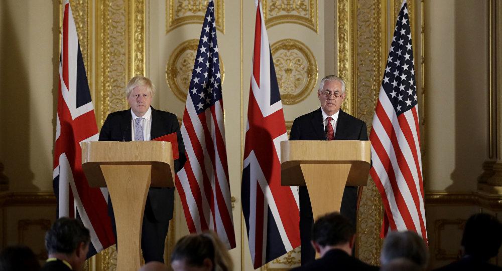 El ministro de Exteriores de Reino Unido, Boris Johnson, y su homólogo estadounidense, Rex Tillerson archivo)