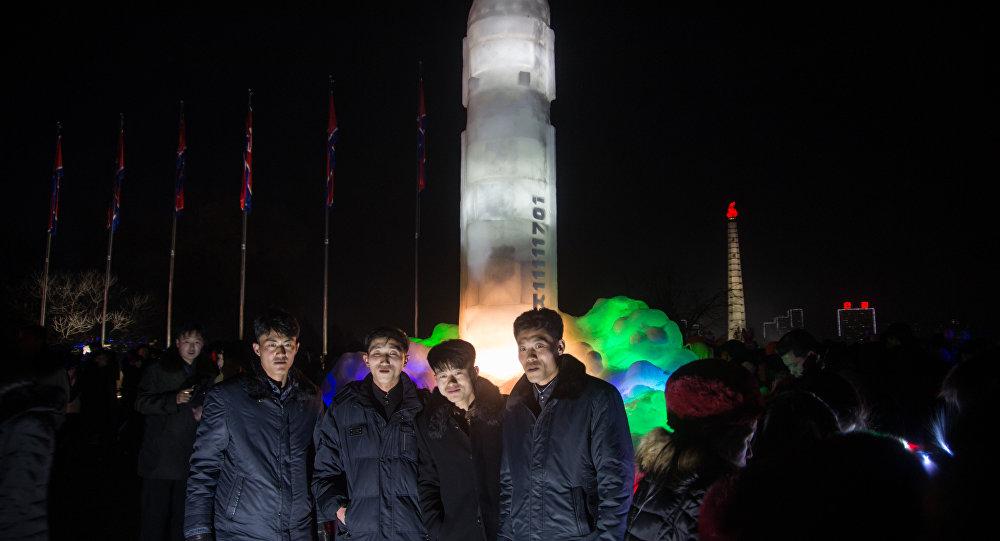 Una enorme escultura de hielo inspirada en el misil balístico intercontinental norcoreano Hwasong-15, Pyongyang, Corea del Norte, enero de 2018