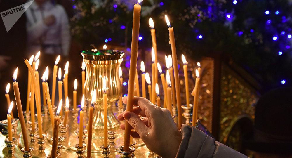 Los cristianos ortodoxos festejan la liturgia (la misa ortodoxa) de Navidad