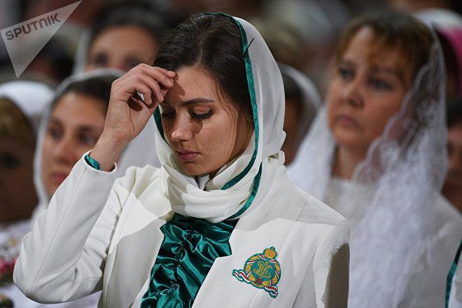 Mujer rusa en la Catedral de Cristo Salvador de Moscú