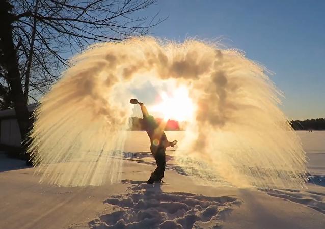 El increíble frío que congela al instante el agua hirviendo