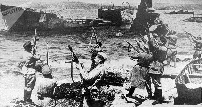 Soldados celebrando la liberación de Sebastopol durante la IIGM