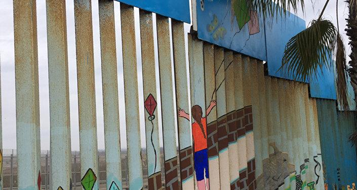 Una parte pintada del muro fronterizo Estados Unidos-México