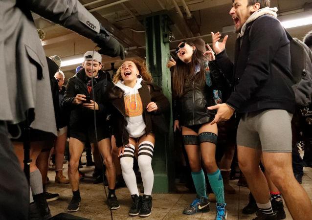 Sin faldas y a lo loco: así llenaron el metro cientos de personas en ropa interior
