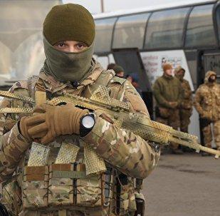 Un militar ucraniano durante el canje de prisioneros entre Kiev y Donbás (archivo)