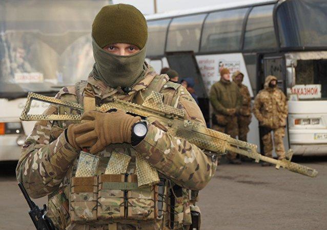 Un militar ucraniano durante el canje de prisioneros entre Kiev y Donbás