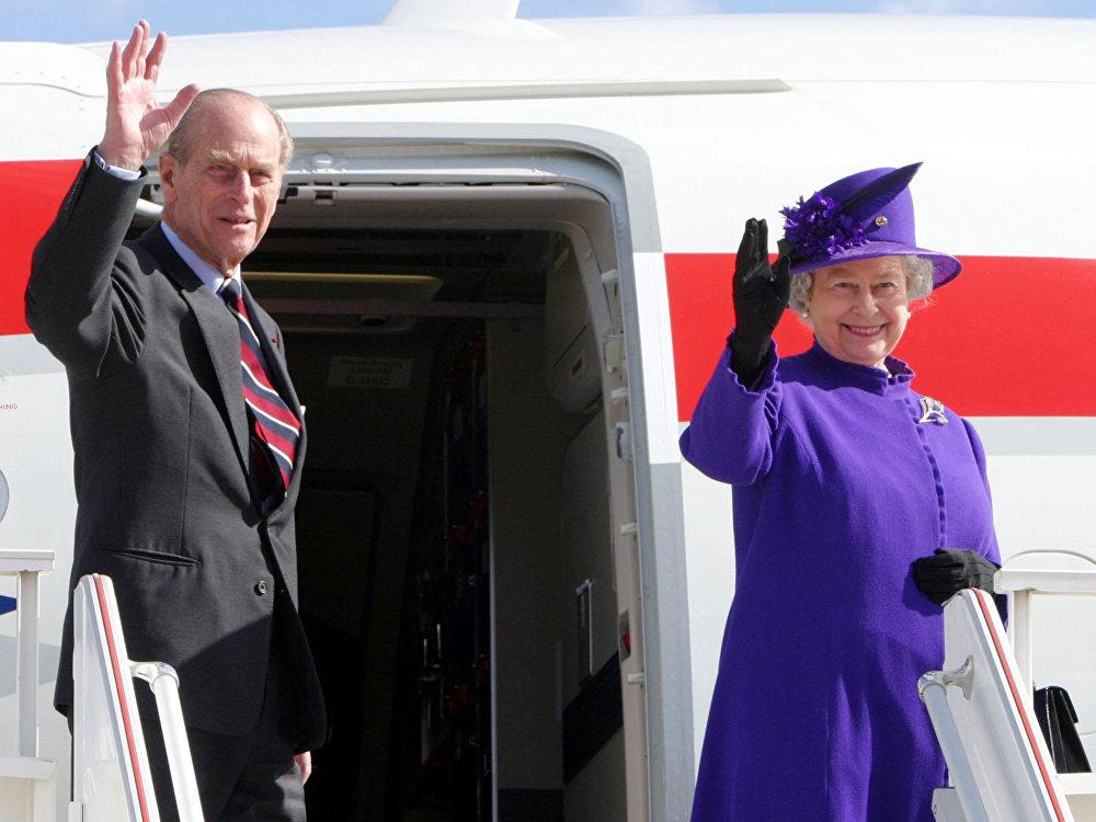 Príncipe Felipe de Edimburgo y Isabel II embarcan en uno de los aviones presidenciales