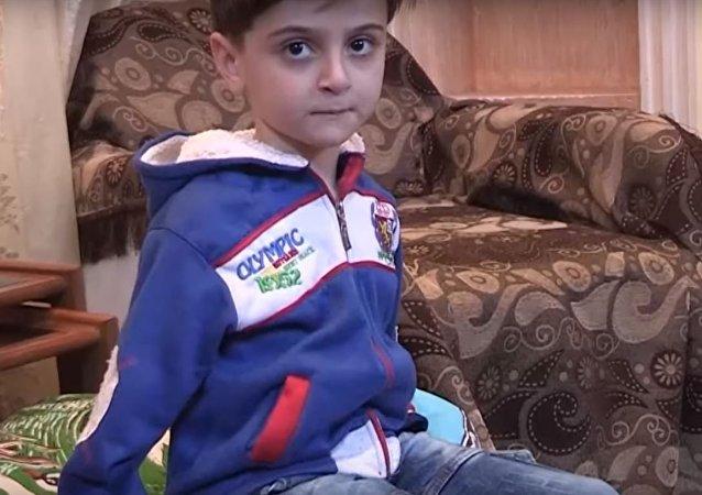 Un niño sirio que se quedó sin manos aprende a vivir de nuevo