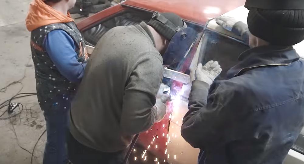 Mecánicos rusos construyen un 'tanque' con Ladas antiguos