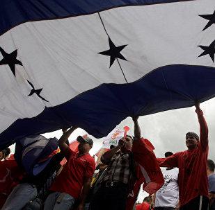 Los manifestantes con la bandera de Honduras (archivo)