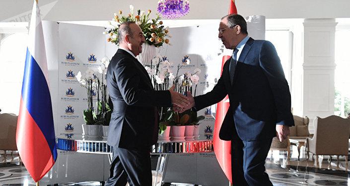 Ministro de Exteriores de Turquía, Mevlut Cavusoglu, y ministro de Exteriores ruso, Serguéi Lavrov