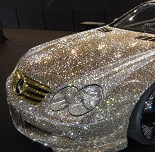 Brillo y lujo sobre ruedas: presentan un Mercedes Benz cubierto de cristales de Swarovski