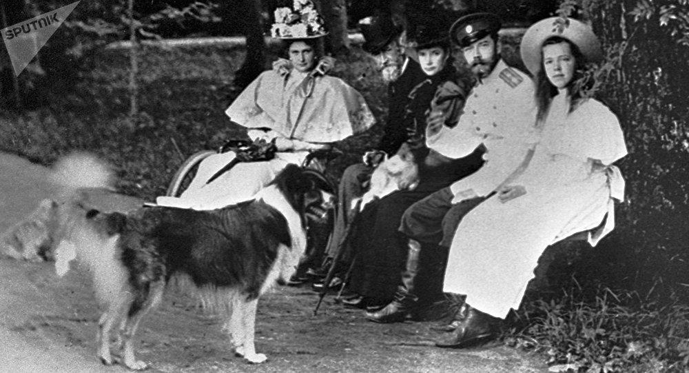 Nicolás II, Alexandra Fiódorovna y su hija Olga junto a sus mascotas