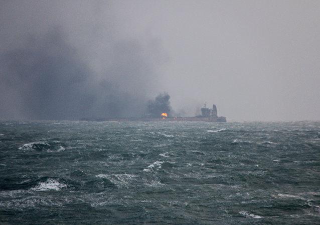 Incendio a bordo del petrolero iraní Sanchi, hundido cerca de Shanghái