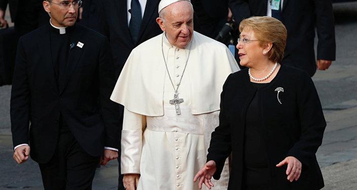 La presidenta de Chile, Michelle Bachelet, y el papa Francisco