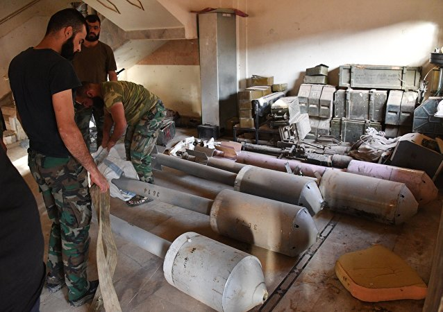 Los soldados sirios preparan los misiles