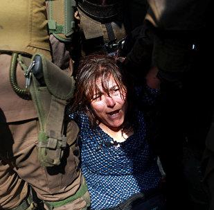 Una mujer es detenida durante las protestas contra la visita de Papa Francisco en Santiago de Chile, 16 de enero de 2018