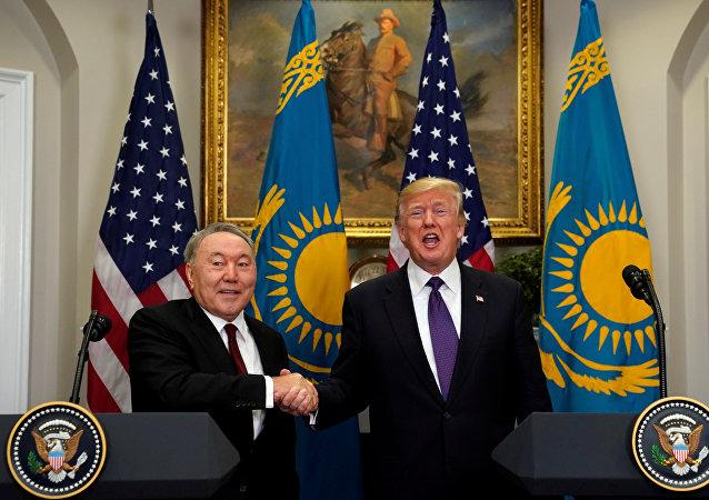 El presidente de Kazajistán, Nursultán Nazarbáyev, con su par estadounidense Donald Trump