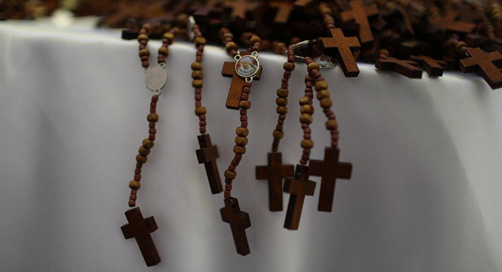 Obispo Barros, acusado de encubrir a Karadima, estuvo en homilía de Francisco