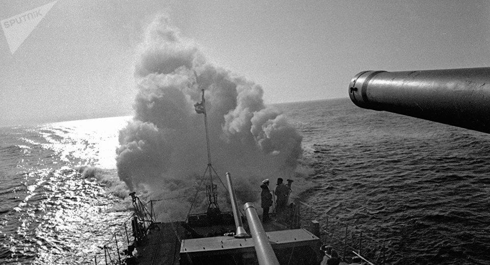 Un destructor de la Flota Báltica de la URSS activa una cortina de humo en el mar durante la Segunda Guerra Mundial