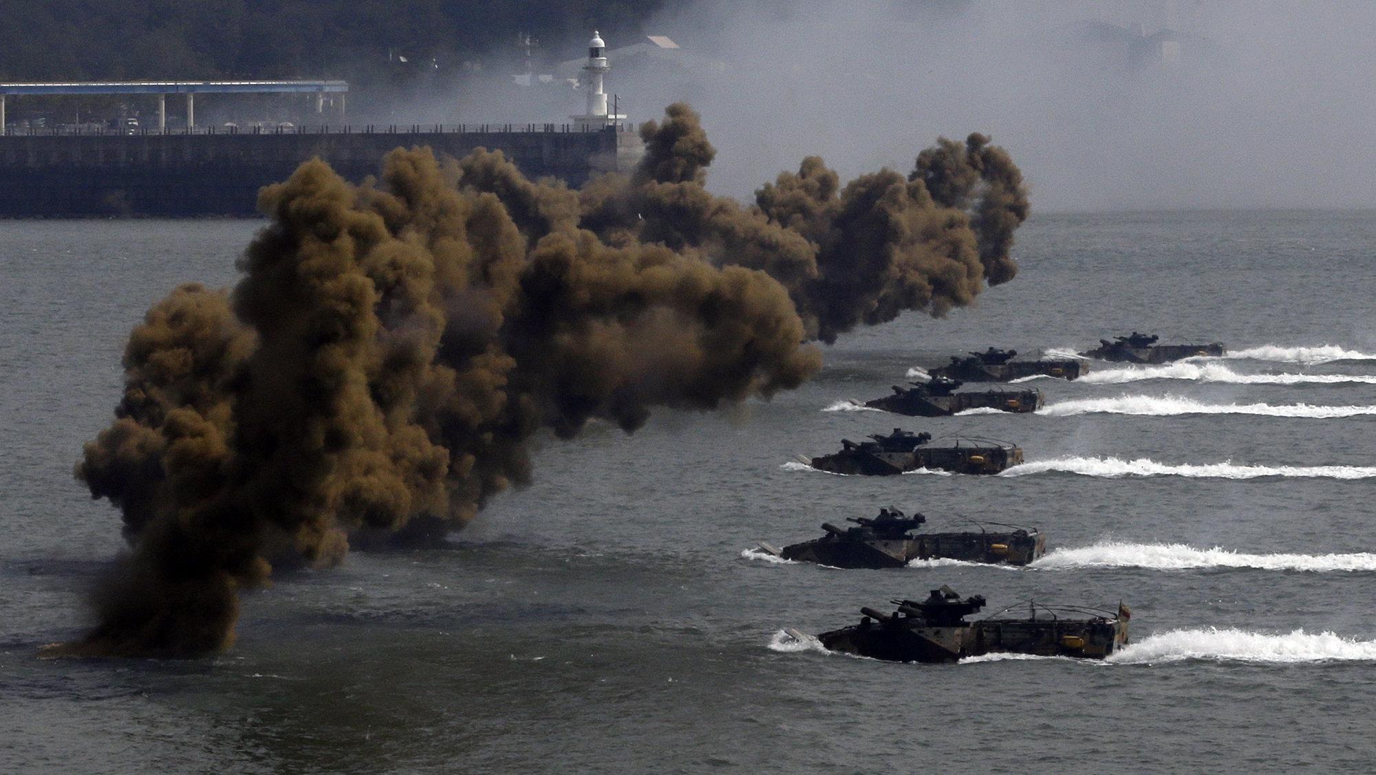 Embarcaciones de Corea del Sur se abren camino para llegar a las costas a través de las cortinas de humo durante la 62ª ceremonia de conmemoración de operaciones de desembarco de Incheon en 2012