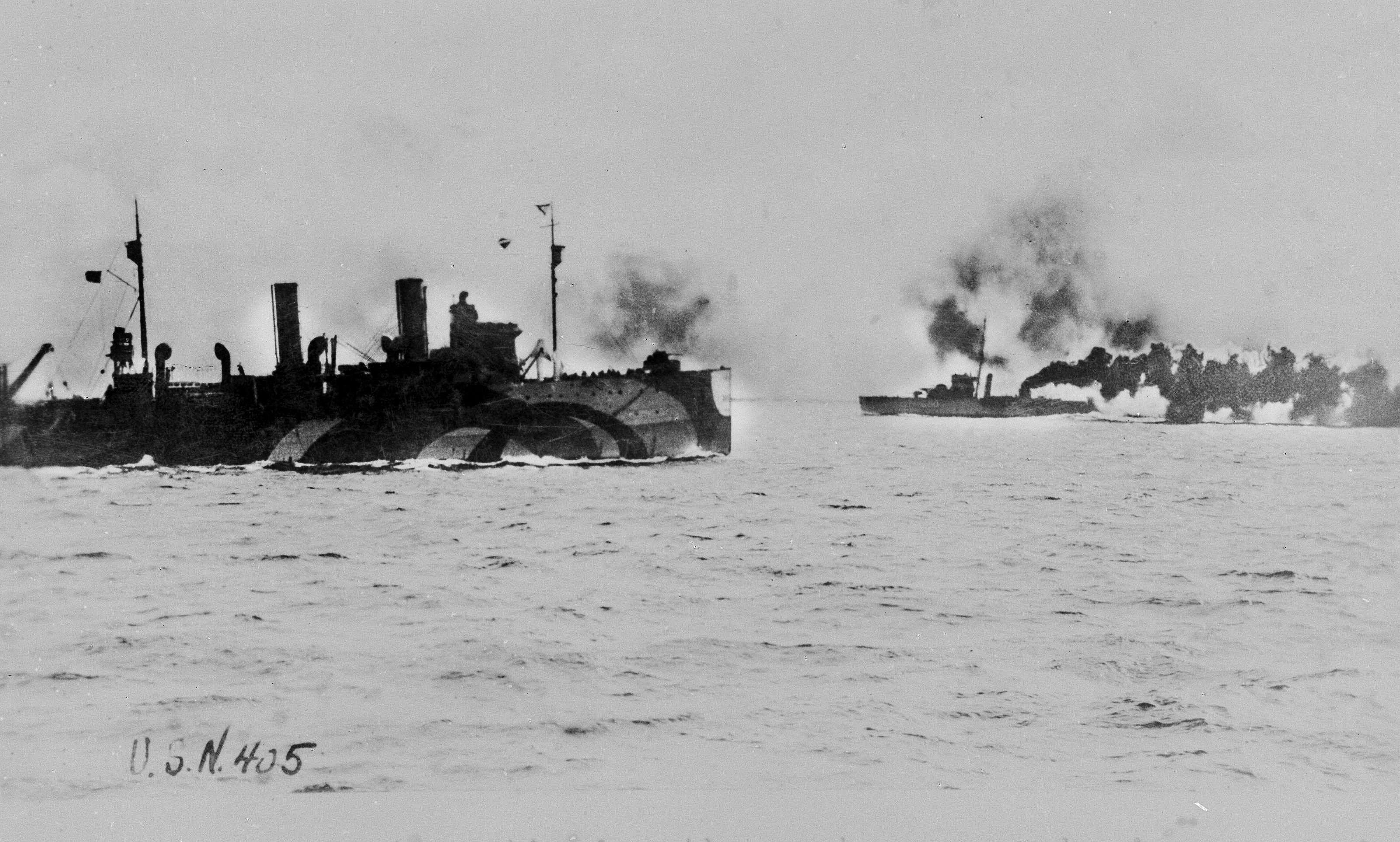 El Vampire, a la derecha, arroja una cortina de humo sobre el Shawmut durante la Primera Guerra Mundial