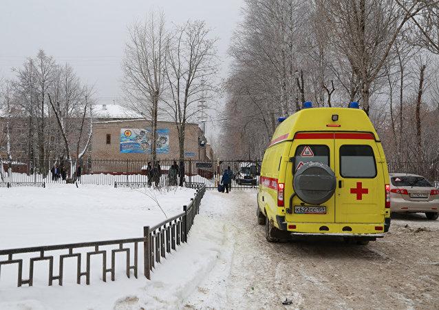 Una ambulancia cerca de la escuela en Perm, Rusia