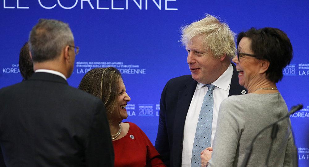 Chrystia Freeland y Boris Johnson, cancilleres de Canadá y del Reino unido durante el encuentro en Vancouver