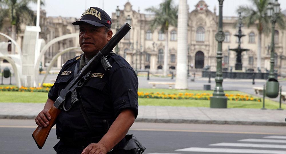 Un agente de policía peruano