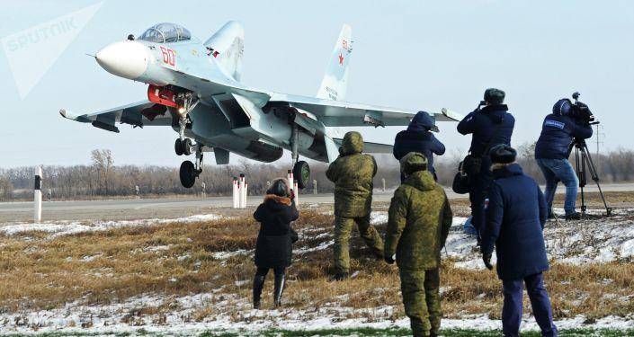 Cazas rusos aterrizan en una carretera por primera vez en la historia