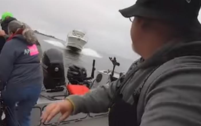Pescadores logran saltar de un barco segundos antes de una colisión