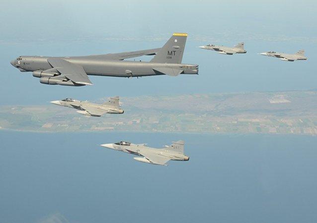 Los cazas Gripen escoltan un bombardero B-52 durante los ejercicios en el Báltico (archivo; septiembre de 2017)