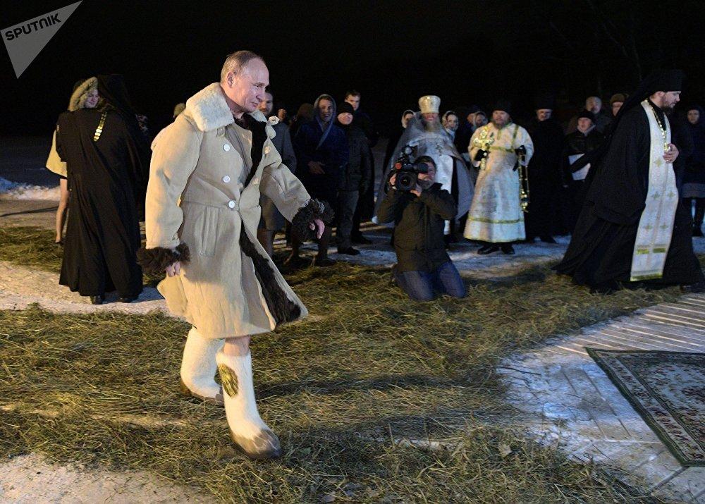 El mandatario ruso Vladímir Putin, rumbo al boquete en el hielo del lago Seliguer