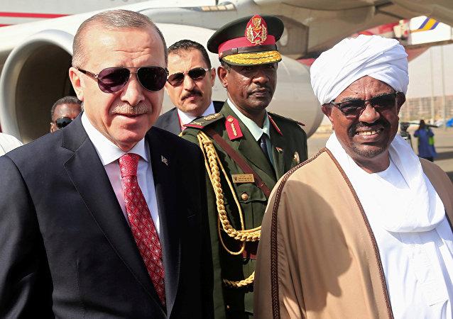 El presidente de Turquía, Recep Tayyip Erdogan, y su homólogo sudanés, Omar Bashir