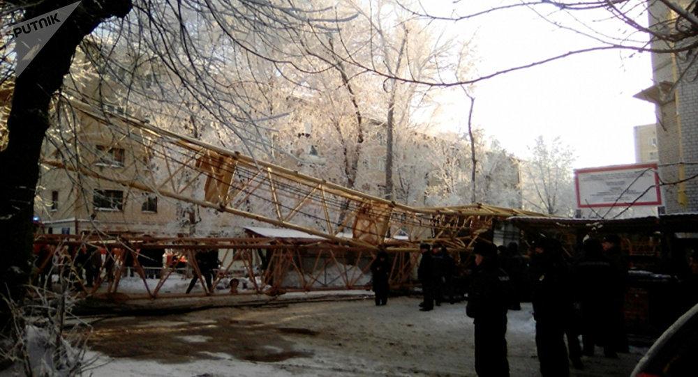 Una grúa causa víctimas al caer sobre una vivienda en la ciudad rusa de Kírov