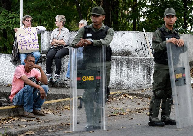 Una mujer sostiene un cartel Soy Óscar Pérez ante las fuerzas de seguridad en Caracas, Venezuela