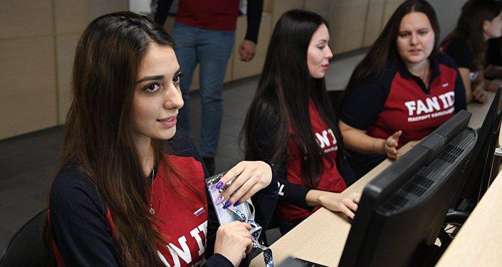 Voluntarias en el centro de emisión de los 'pasaportes' de los hinchas de la Copa Mundial 2018, en Sochi