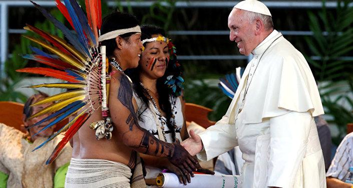 Papa Francisco durante su reunion con representantes indígenas en Puerto Maldonado