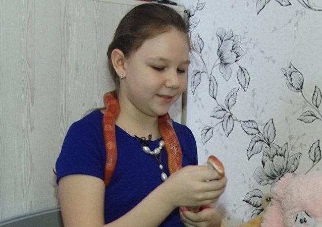A esta niña rusa le encanta jugar con… serpientes