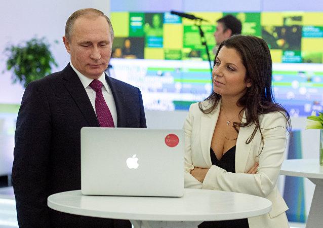 La redactora jefa de Sputnik, Margarita Simonián con el presidente de Rusia, Vladímir Putin (archivo)