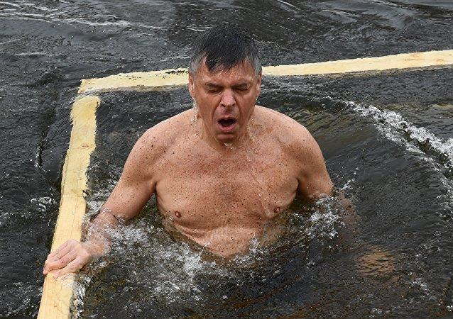 El embajador de EEUU en Rusia, Jon Huntsman, se bañó en las aguas heladas del río Istra con motivo de la Epifanía rusa