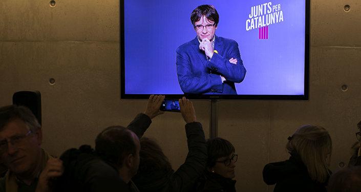 El expresidente del Gobierno catalán, Carles Puigdemont, en la pantalla de una tele (archivo)