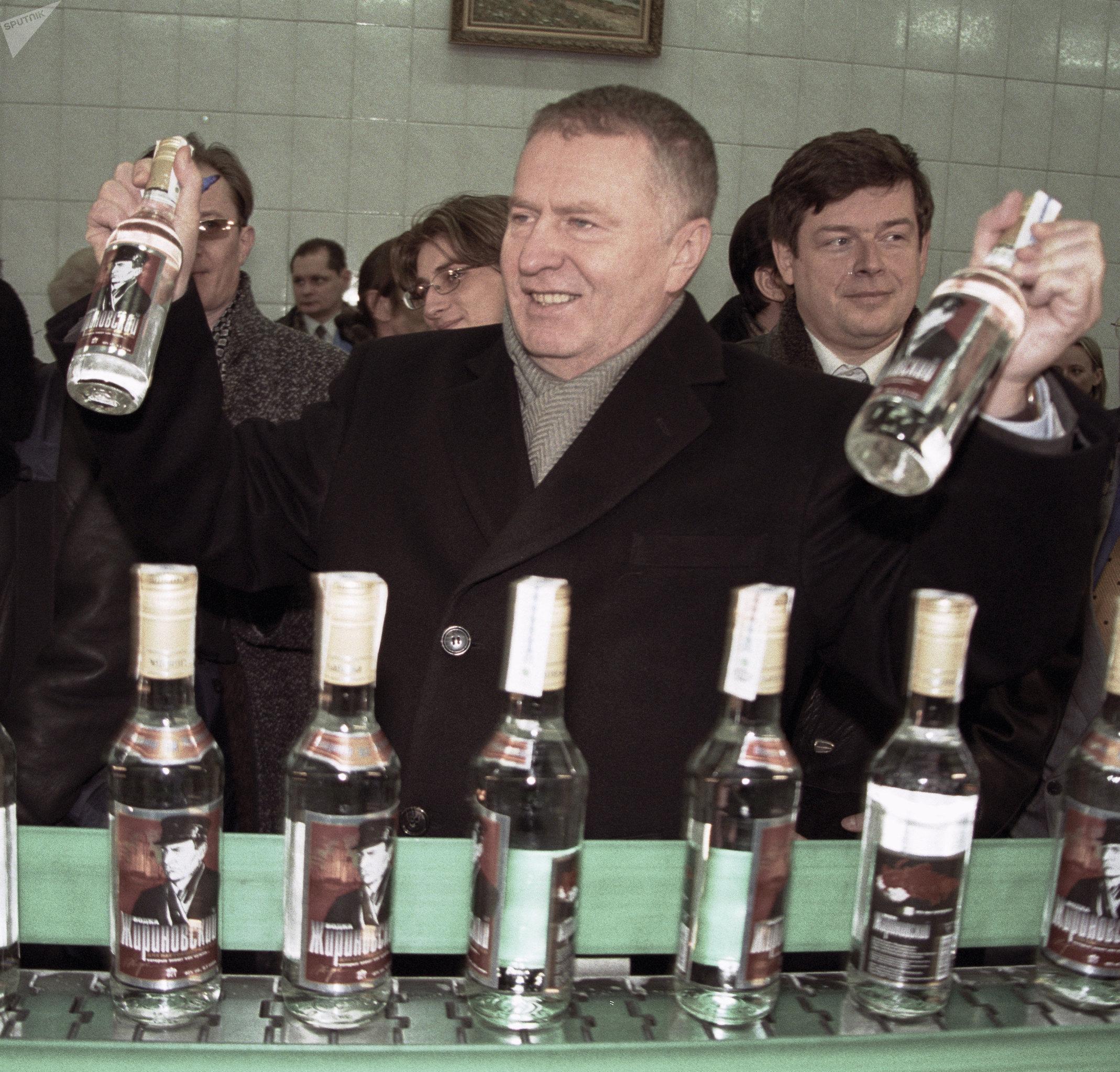 El presidente del Partido Liberal Demócrata (LDPR), Vladímir Zhirinovski, presenta en 2001 una línea de vodka que lleva su nombre