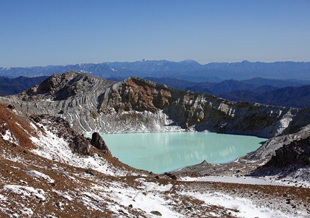 Cráter del volcán Kusatsu-Shirane en Japón